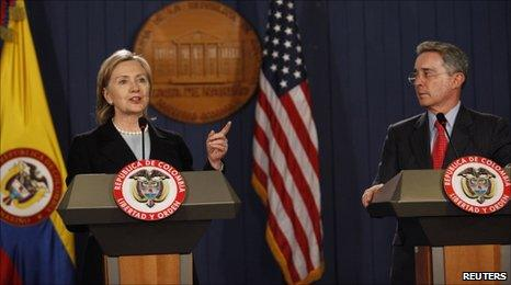 US Secretary of State Hillary Clinton (left) and Colombian President Alvaro Uribe (right) at a news conference in Bogota