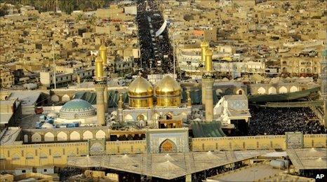 Shia pilgrims gather at the Imam Moussa al-Khadhim mosque (7 July 2010)