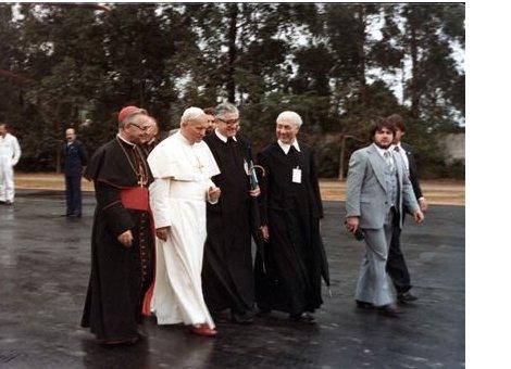 Papa João Paulo II chega ao Mosteiro São Geraldo