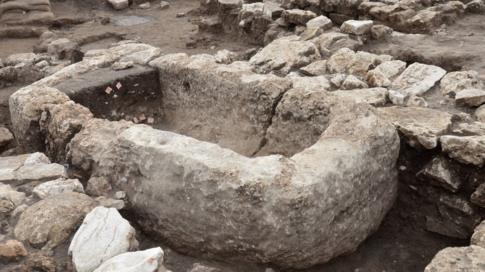 حوض من الحجارة ربما كان يستخدم في ممارسة طقوس دينية