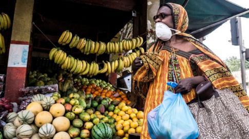 امرأة ترتدي قناعا في سوق بالسنغال