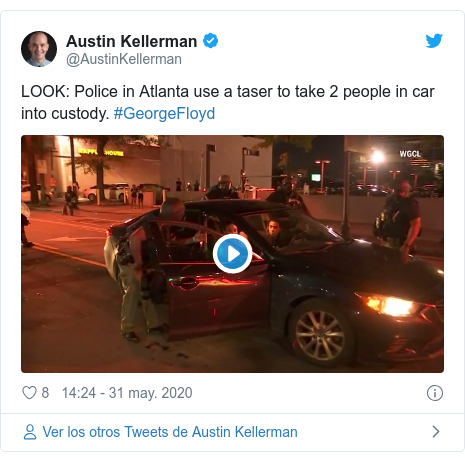 Publicación de Twitter por @AustinKellerman: LOOK  Police in Atlanta use a taser to take 2 people in car into custody. #GeorgeFloyd