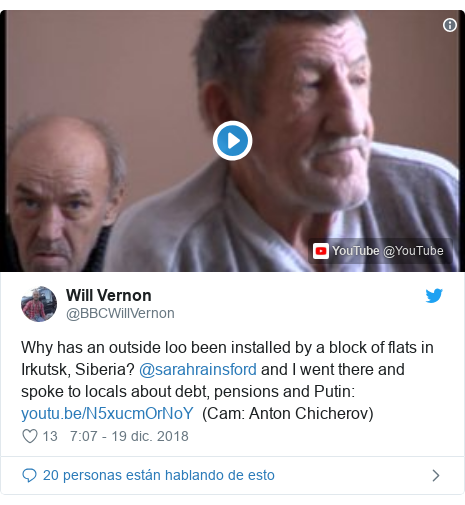 Publicación de Twitter por @BBCWillVernon: Why has an outside loo been installed by a block of flats in Irkutsk, Siberia? @sarahrainsford and I went there and spoke to locals about debt, pensions and Putin    (Cam  Anton Chicherov)