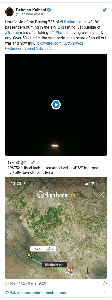 Publicación de Twitter por @BahmanKalbasi: Horrific vid of the Boeing 737 of #Ukraine airline w/ 180 passengers burning in the sky & crashing just outside of #Tehran mins after taking off. #Iran is having a really dark day. Over 60 killed in the stampede, then scare of an all out war and now this.