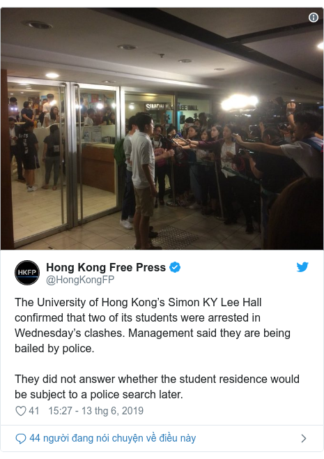 Twitter bởi @HongKongFP: The University of Hong Kong's Simon KY Lee Hall confirmed that two of its students were arrested in Wednesday's clashes. Management said they are being bailed by police.They did not answer whether the student residence would be subject to a police search later.