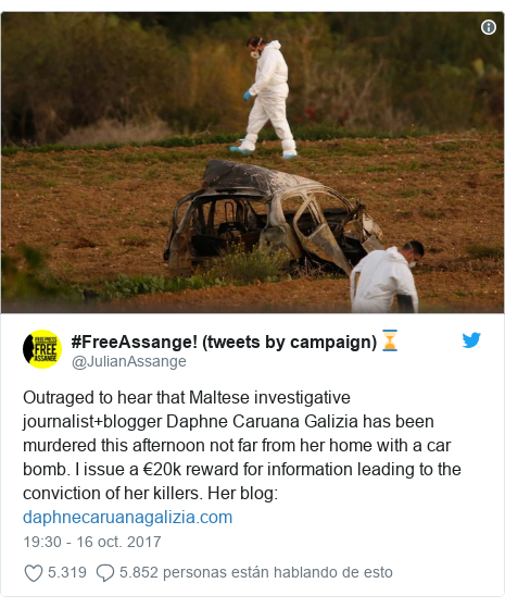 Publicación de Twitter por @JulianAssange: Outraged to hear that Maltese investigative journalist+blogger Daphne Caruana Galizia has been murdered this afternoon not far from her home with a car bomb. I issue a €20k reward for information leading to the conviction of her killers. Her blog
