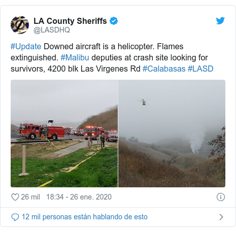 Publicación de Twitter por @LASDHQ: #Update Downed aircraft is a helicopter. Flames extinguished. #Malibu deputies at crash site looking for survivors, 4200 blk Las Virgenes Rd #Calabasas #LASD