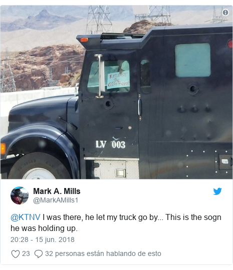 Publicación de Twitter por @MarkAMills1: @KTNV I was there, he let my truck go by... This is the sogn he was holding up.