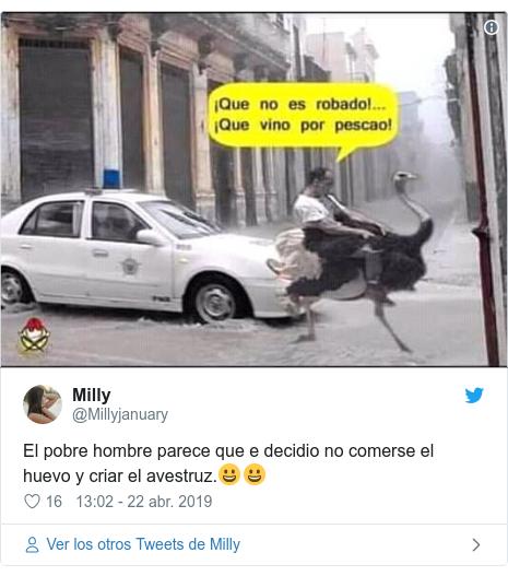Publicación de Twitter por @Millyjanuary: El pobre hombre parece que e decidio no comerse el huevo y criar el avestruz.😀😀