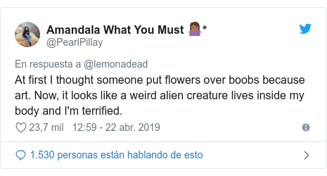 Publicación de Twitter por @PearlPillay: At first I thought someone put flowers over boobs because art. Now, it looks like a weird alien creature lives inside my body and I'm terrified.