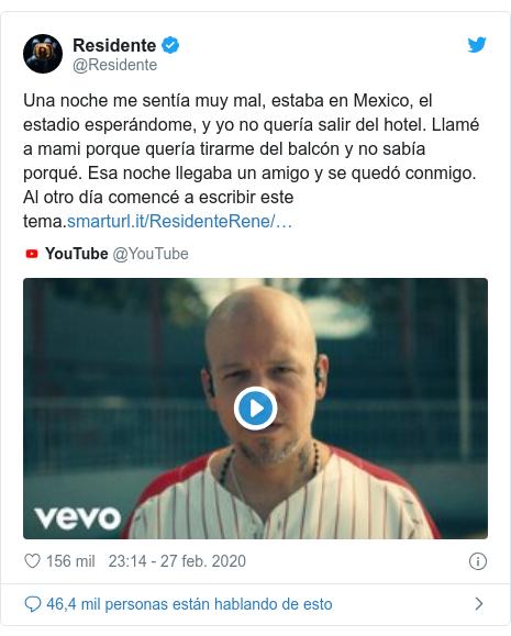 Publicación de Twitter por @Residente: Una noche me sentía muy mal, estaba en Mexico, el estadio esperándome, y yo no quería salir del hotel. Llamé a mami porque quería tirarme del balcón y no sabía porqué. Esa noche llegaba un amigo y se quedó conmigo. Al otro día comencé a escribir este tema.