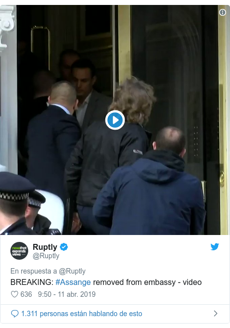 Publicación de Twitter por @Ruptly: BREAKING  #Assange removed from embassy - video