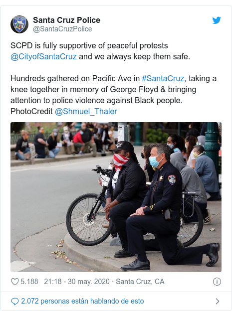 Publicación de Twitter por @SantaCruzPolice: SCPD is fully supportive of peaceful protests @CityofSantaCruz and we always keep them safe. Hundreds gathered on Pacific Ave in #SantaCruz, taking a knee together in memory of George Floyd & bringing attention to police violence against Black people. PhotoCredit @Shmuel_Thaler