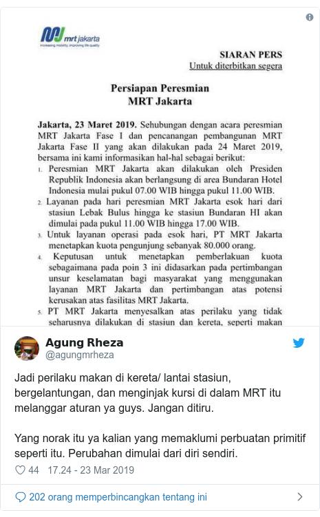 Twitter pesan oleh @agungmrheza: Jadi perilaku makan di kereta/ lantai stasiun, bergelantungan, dan menginjak kursi di dalam MRT itu melanggar aturan ya guys. Jangan ditiru.Yang norak itu ya kalian yang memaklumi perbuatan primitif seperti itu. Perubahan dimulai dari diri sendiri.