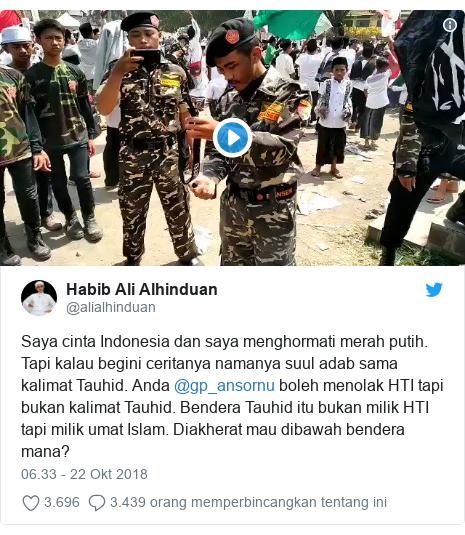 Twitter pesan oleh @alialhinduan: Saya cinta Indonesia dan saya menghormati merah putih. Tapi kalau begini ceritanya namanya suul adab sama kalimat Tauhid. Anda @gp_ansornu boleh menolak HTI tapi bukan kalimat Tauhid. Bendera Tauhid itu bukan milik HTI tapi milik umat Islam. Diakherat mau dibawah bendera mana?