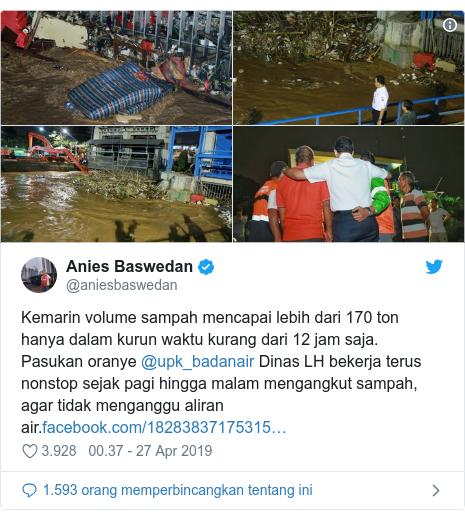 Twitter pesan oleh @aniesbaswedan: Kemarin volume sampah mencapai lebih dari 170 ton hanya dalam kurun waktu kurang dari 12 jam saja. Pasukan oranye @upk_badanair Dinas LH bekerja terus nonstop sejak pagi hingga malam mengangkut sampah, agar tidak menganggu aliran air.