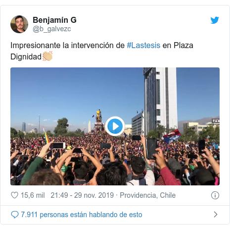 Publicación de Twitter por @b_galvezc: Impresionante la intervención de #Lastesis en Plaza Dignidad👏🏼