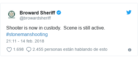 Publicación de Twitter por @browardsheriff: Shooter is now in custody. Scene is still active. #stonemanshooting