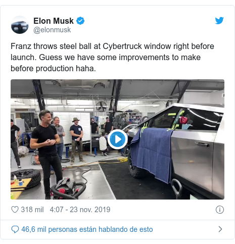 Publicación de Twitter por @elonmusk: Franz throws steel ball at Cybertruck window right before launch. Guess we have some improvements to make before production haha.