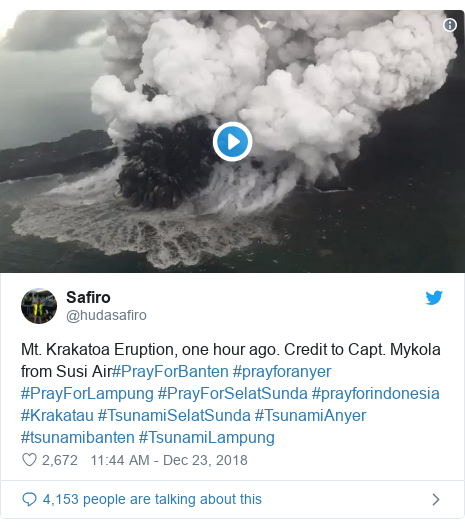 Twitter waxaa daabacay @hudasafiro: Mt. Krakatoa Eruption, one hour ago. Credit to Capt. Mykola from Susi Air#PrayForBanten #prayforanyer #PrayForLampung #PrayForSelatSunda #prayforindonesia #Krakatau #TsunamiSelatSunda #TsunamiAnyer #tsunamibanten #TsunamiLampung