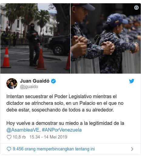 Twitter pesan oleh @jguaido: Intentan secuestrar el Poder Legislativo mientras el dictador se atrinchera solo, en un Palacio en el que no debe estar, sospechando de todos a su alrededor. Hoy vuelve a demostrar su miedo a la legitimidad de la @AsambleaVE. #ANPorVenezuela