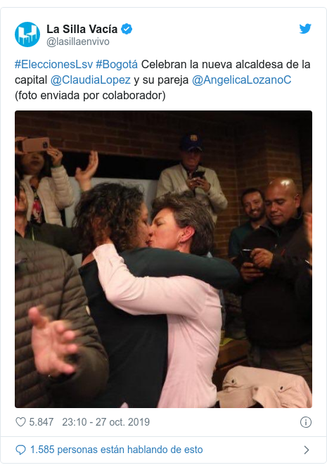 Publicación de Twitter por @lasillaenvivo: #EleccionesLsv #Bogotá Celebran la nueva alcaldesa de la capital @ClaudiaLopez y su pareja @AngelicaLozanoC (foto enviada por colaborador)