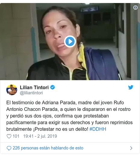 Publicación de Twitter por @liliantintori: El testimonio de Adriana Parada, madre del joven Rufo Antonio Chacon Parada, a quien le dispararon en el rostro y perdió sus dos ojos, confirma que protestaban pacíficamente para exigir sus derechos y fueron reprimidos brutalmente ¡Protestar no es un delito! #DDHH