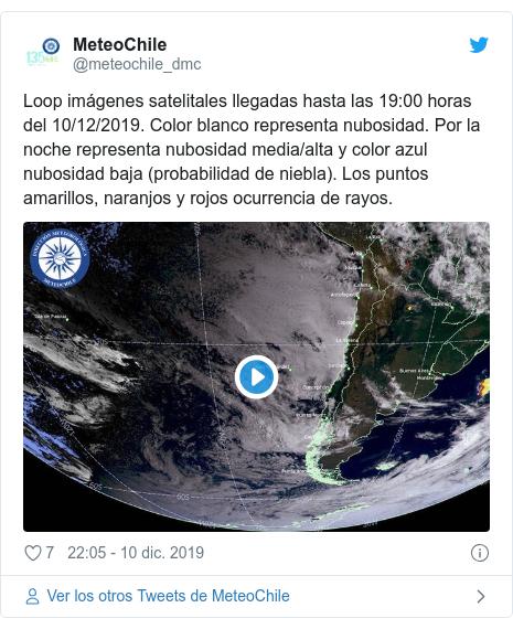 Publicación de Twitter por @meteochile_dmc: Loop imágenes satelitales llegadas hasta las 19 00 horas del 10/12/2019. Color blanco representa nubosidad. Por la noche representa nubosidad media/alta y color azul nubosidad baja (probabilidad de niebla). Los puntos amarillos, naranjos y rojos ocurrencia de rayos.