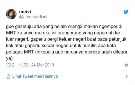 Twitter pesan oleh @nurmeividiani: gue gasetuju ada yang belain orang2 makan ngemper di MRT katanya mereka ini orangorang yang gapernah ke luar negeri. gaperlu pergi keluar negeri buat baca petunjuk kok atau gaperlu keluar negeri untuk nurutin apa kata petugas MRT (dikepala gue harusnya mereka udah ditegor ya)