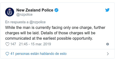 Publicación de Twitter por @nzpolice: While the man is currently facing only one charge, further charges will be laid. Details of those charges will be communicated at the earliest possible opportunity.