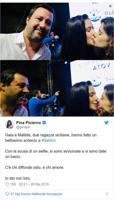 @pinapic tarafından yapılan Twitter paylaşımı: Gaia e Matilde, due ragazze siciliane, hanno fatto un bellissimo scherzo a #Salvini.Con la scusa di un selfie, si sono avvicinate e si sono date un bacio.C'è chi diffonde odio, e chi amore. Io sto con loro.