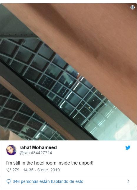 Publicación de Twitter por @rahaf84427714: I'm still in the hotel room inside the airport!