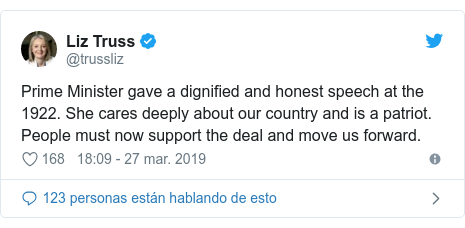 Publicación de Twitter por @trussliz: Prime Minister gave a dignified and honest speech at the 1922. She cares deeply about our country and is a patriot. People must now support the deal and move us forward.