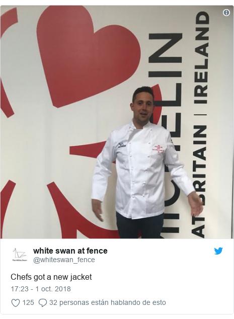 Publicación de Twitter por @whiteswan_fence: Chefs got a new jacket