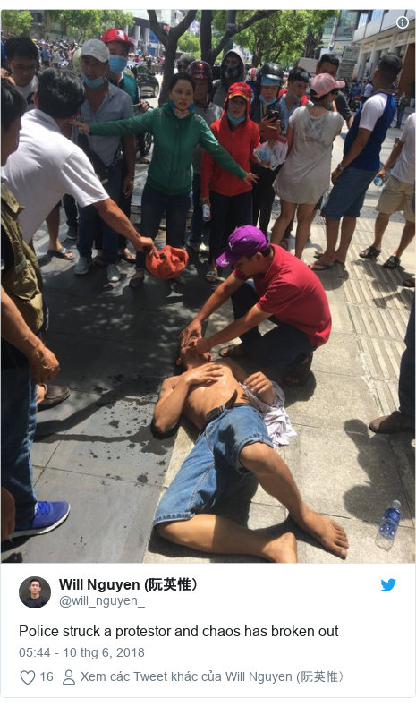 Twitter bởi @will_nguyen_: Police struck a protestor and chaos has broken out