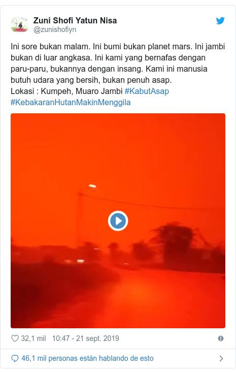 Publicación de Twitter por @zunishofiyn: Ini sore bukan malam. Ini bumi bukan planet mars. Ini jambi bukan di luar angkasa. Ini kami yang bernafas dengan paru-paru, bukannya dengan insang. Kami ini manusia butuh udara yang bersih, bukan penuh asap.Lokasi   Kumpeh, Muaro Jambi #KabutAsap #KebakaranHutanMakinMenggila