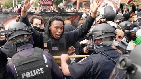 Police and protesters face one another in Louisville following the grand jury's decision (23/09/20)