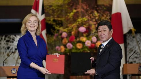UK Secretary of State for International Trade Liz Truss (L) and Japanese Foreign Minister Toshimitsu Motegi