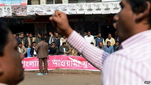Supporters of the prime minister rally outside her party HQ in Dhaka, 4 Jan