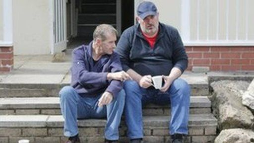 Bill Bellamy a Ieuan Rhys fel Knives a Bernard
