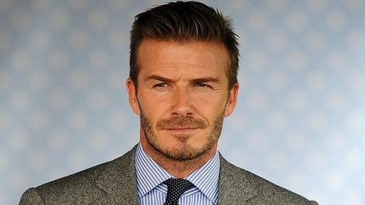 Mae llawer o ddynion Cymru yn trio ail-greu golwg David Beckham yn ôl Trystan