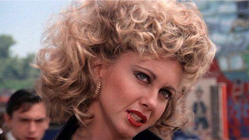 """Olivia Newton John yn """"Grease"""" - rhy llithrig i Rhys?"""