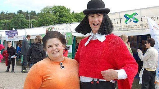Sali Mali (Rebecca Harries) a Jac y Jwc (Idris Morris Jones) yn mwynhau'r celfyddydau yn y Steddfod