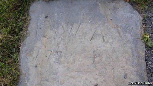 """Mae'n debyg mai hon yw carreg fedd Abram Wood """"Brenin y Sipsiwn"""" yn Llangelynnin, Gwynedd. Bu farw yn Nhachwedd 1799"""
