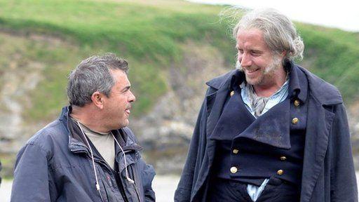 Rhys Ifans gyda chyfarwyddwr y ffilm, Kevin Allen