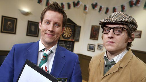 Mr Chairman (Chris Corcoran) a Rex Jones (Elis James) yn 'The Committee Meeting'
