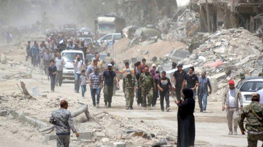 Wasu mazauna garin Yarmouk sun koma bayan da aka kwato wurin daga hannun IS a ranar , 24 ga watan Mayu 2018