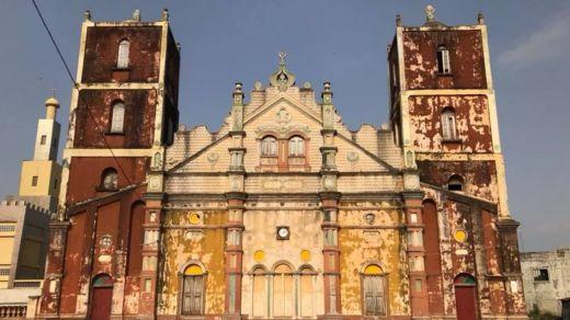 Mesquita com estilo arquitetônico das igrejas católicas brasileiras construídas por ex-escravos que voltaram ao Benim, no oeste da África