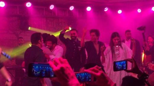 Anil Kapoor da Shahrukh Khan da Salma Khan da amarya da ango suna cashewa a wajen walima