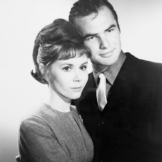 Reynolds poses with actress and wife Judy Carne